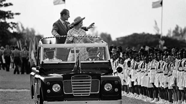 Королева Великобритании Елизавета II и ее супруг герцог Эдинбургский приветствуют людей в в Нассау, Багамы