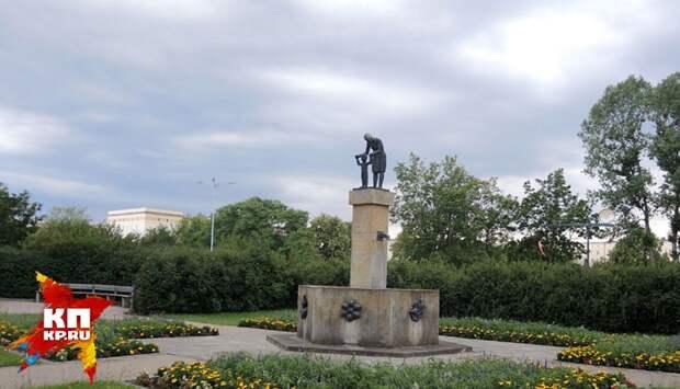 Скульптура матери и ребенка в Айзенхюттенштадт (бывший Сталинштадт), в городе, где больше нет детей. Фото: Дарья АСЛАМОВА