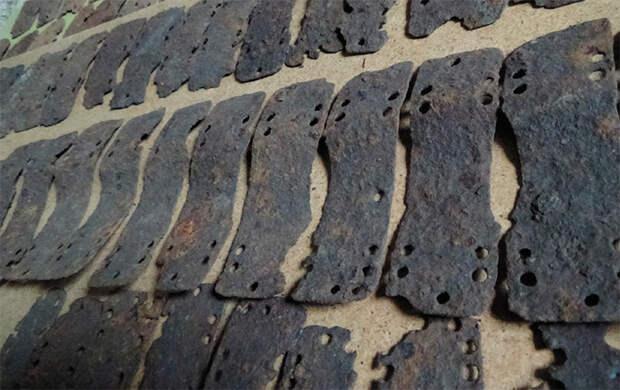 Типичные железные пластины аварского ламеллярного панциря, послужившие прототипом для реконструкции доспеха. Случайная находка в Самарской обл. Музей НГУ. Фото автора