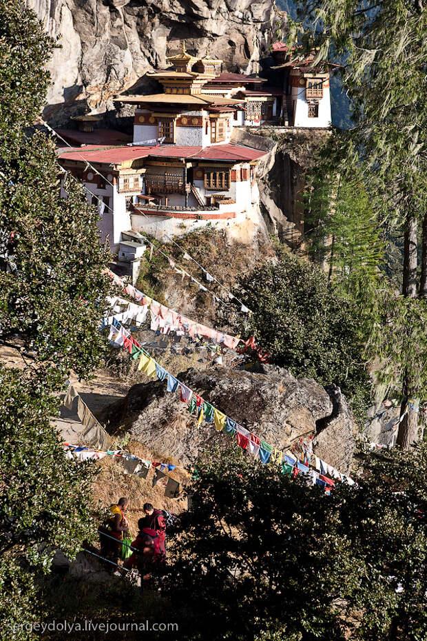 15) Если будете в Бутане и вас не очень интересуют монастыри, то лучше остановиться наверху левого утеса. Дойти до этого места не очень сложно, и отсюда открывается прекрасный вид на монастырь.