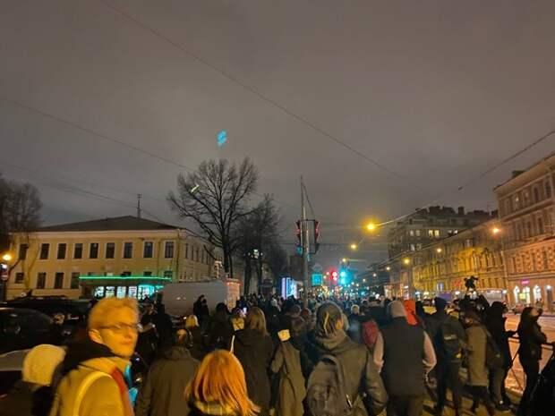 В Петербурге протестующие идут колонной в сторону Московского проспекта