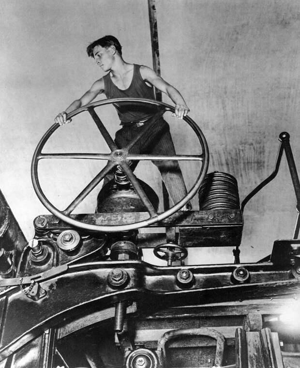 А. Шайхет. Комсомолец за штурвалом. 1930-е годы.