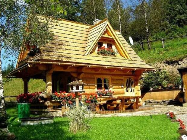 В летнюю пору бревенчатый домик особенно хорош («Stunning Gate Lodge»).   Фото: stiri.magazinuldecase.ro.