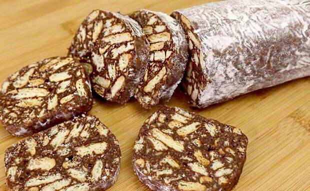 Смешиваем по 200 граммов печенья и сгущенки, и шоколадный десерт почти готов. Нужно просто охладить