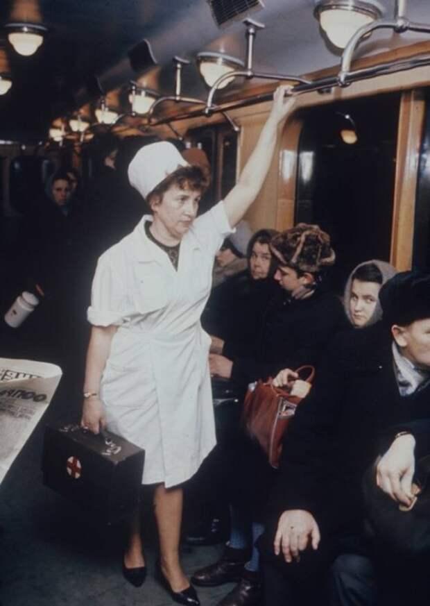 Мария Лобанова, фельдшер одной из 59 станций медпомощи московского метрополитена.  Москва, 1970-е годы.