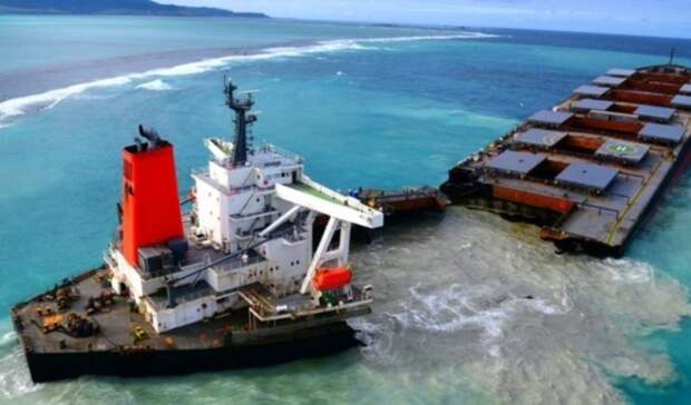 Танкер, врезавшийся вкоралловый риф уберегов Маврикия, раскололся пополам
