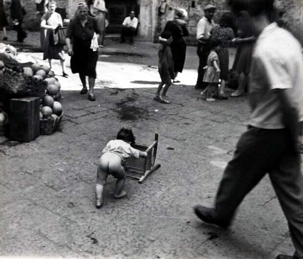 Италия, Неаполь, 1948 год - Маленький ребенок посреди улицы