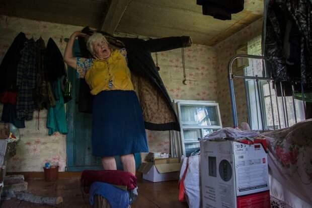 Люська любит наряжаться и не стесняется демонстрировать наряды деревня, жизнь, жительница, история, псков, россия, фотография
