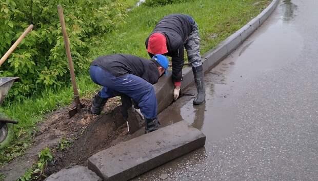 В микрорайоне Львовский начали менять бордюрные камни на дорогах