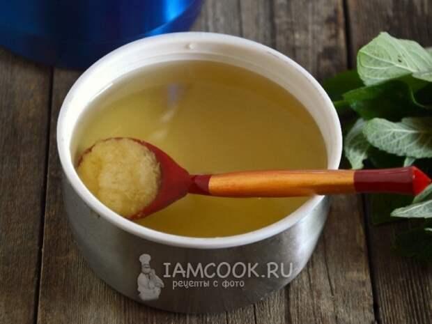 Положить в чай мед