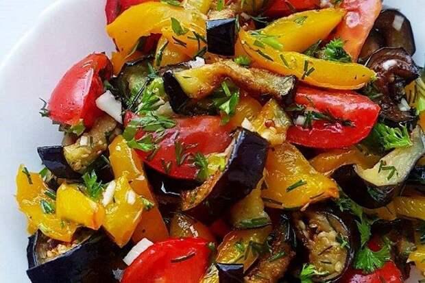 К сезону баклажанов: проверенные рецепты оригинальных салатов