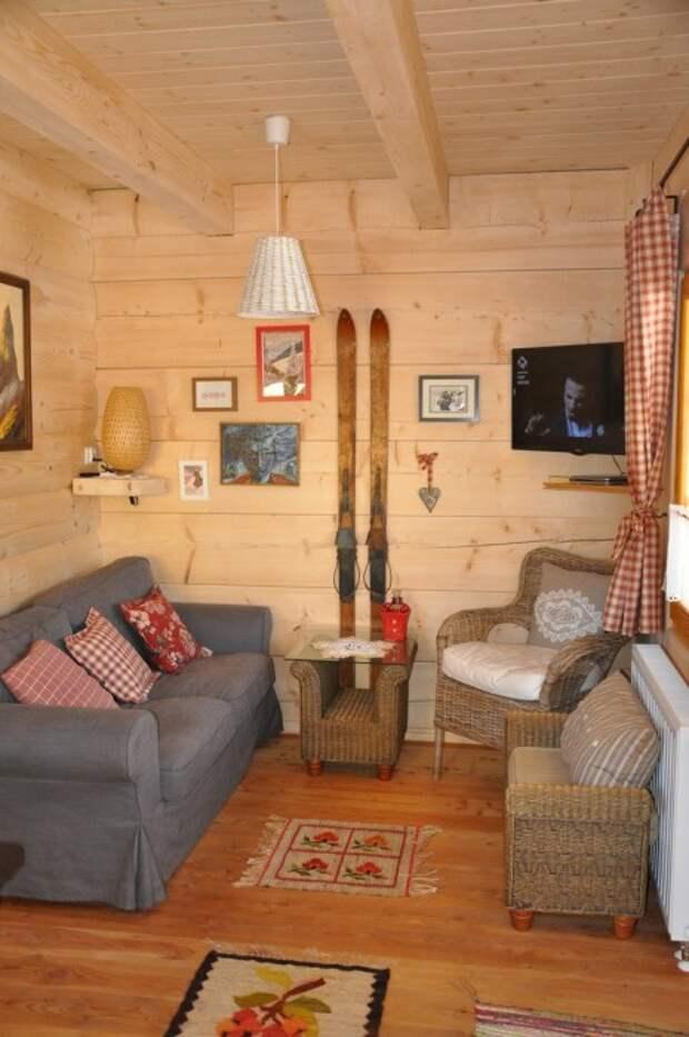 Маленькая, но уютная гостиная в бревенчатом домике «Stunning Gate Lodge».   Фото: stiri.magazinuldecase.ro.