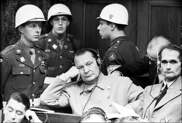 «Достал пистолет и пристрелил Геринга прямо в зале суда»
