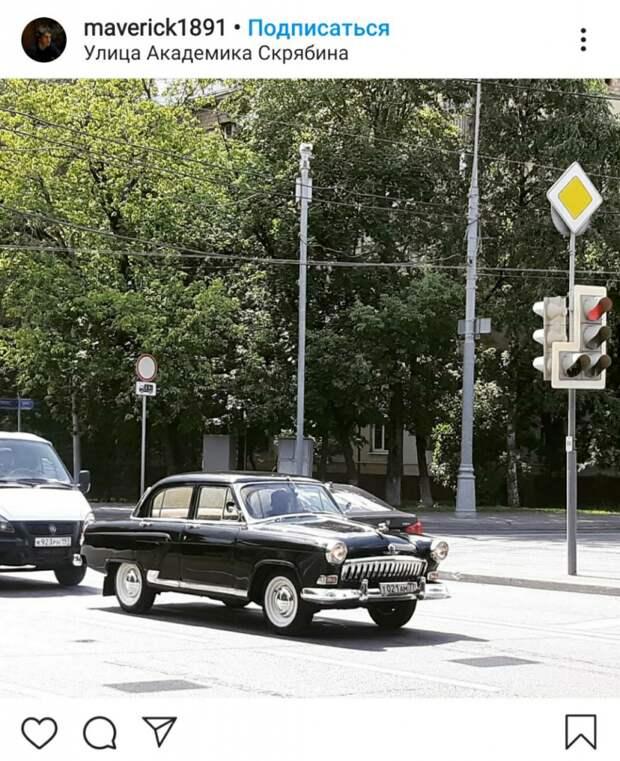 Фото дня: на Академика Скрябина замечен ретро-автомобиль