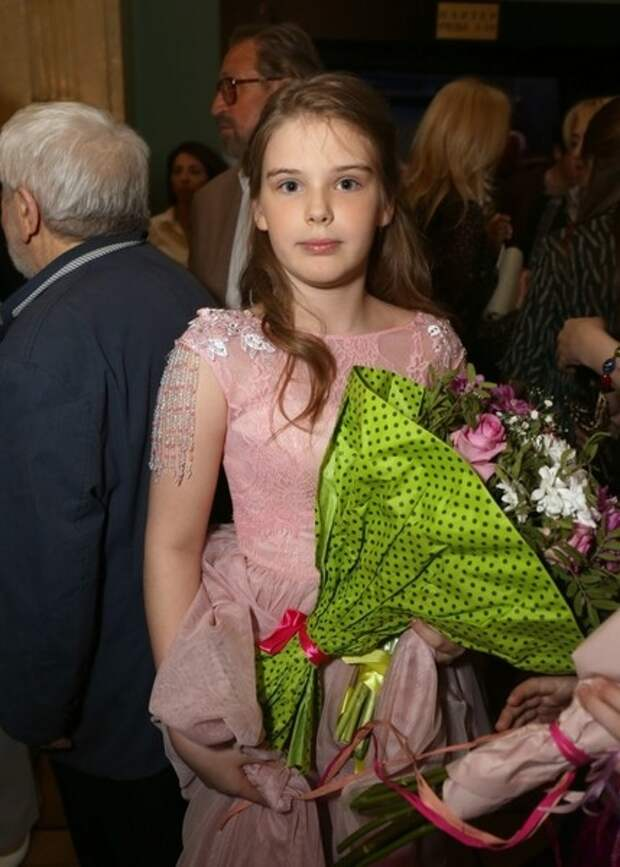Дочь-подросток Александра Абдулова поражает поклонников своей красотой