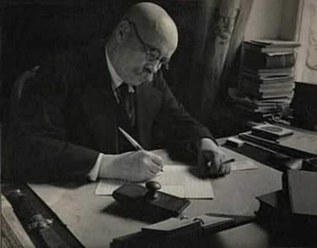Алексей Новиков-Прибой в рабочем кабинете