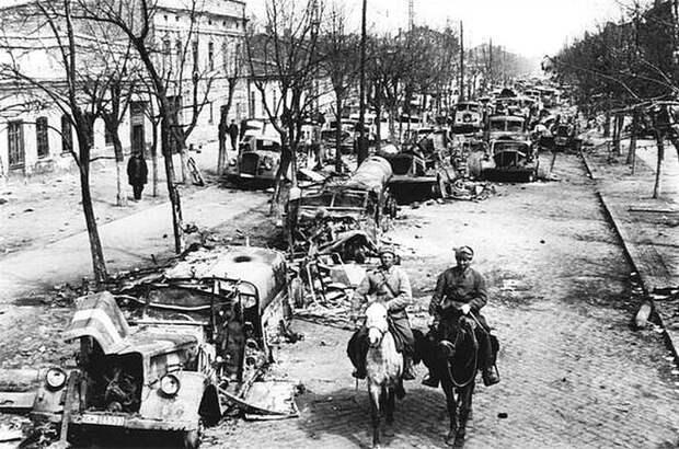 А это фото очень символично. Кавалеристы среди груд покореженной техники.. СССР, война, история