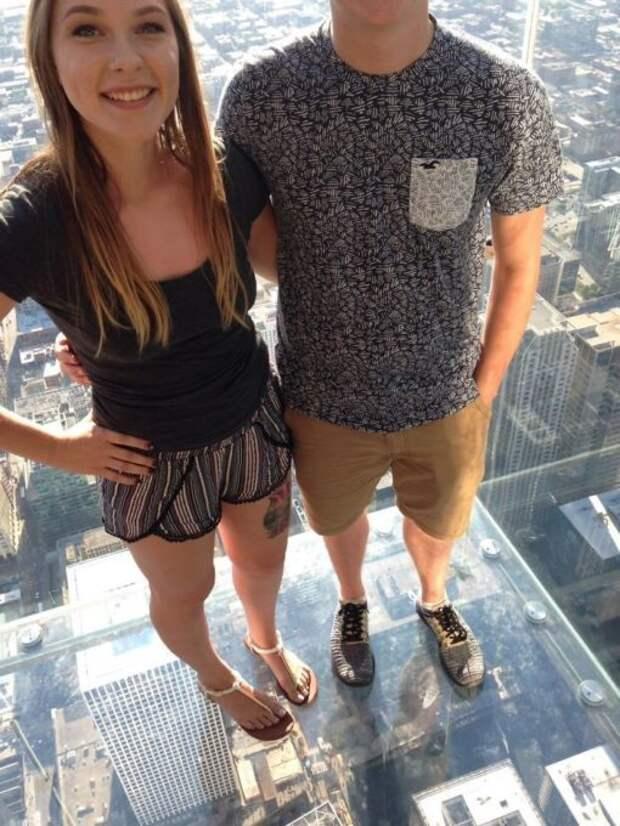 Мы решили попросить прохожего сфотографировать нас на смотровой площадке в Чикаго. Он отлично справился, наверное!