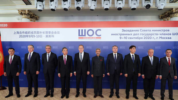 Члены заседания совета министров иностранных дел государств-членов ШОС в Москве