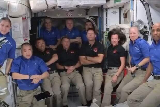 Астронавты с корабля Crew Dragon перешли на МКС