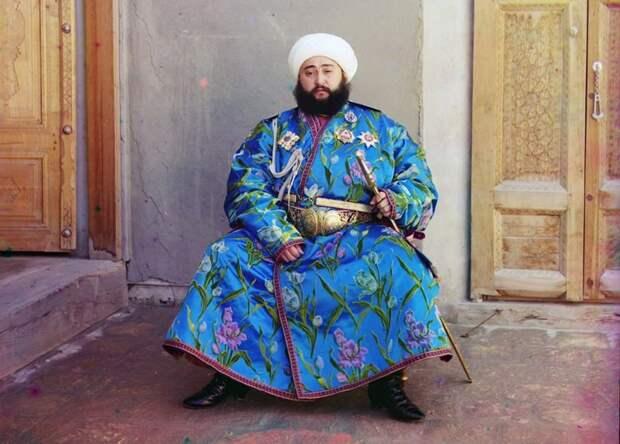 Эмир Сэйид Мир Мохаммед Алим Хан – эмир Бухары – сидит с мечом в Бухаре (нынешний Узбекистан) в 1910 году. (Prokudin-Gorskii Collection/LOC) империя., путешествия, цветное фото