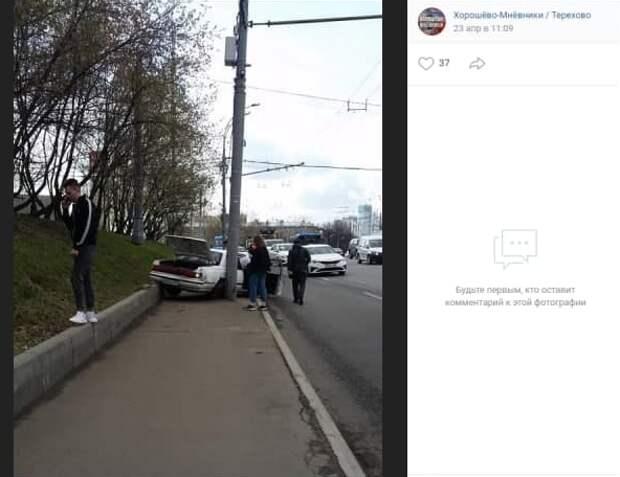 Легковушка врезалась в столб на проспекте Маршала Жукова