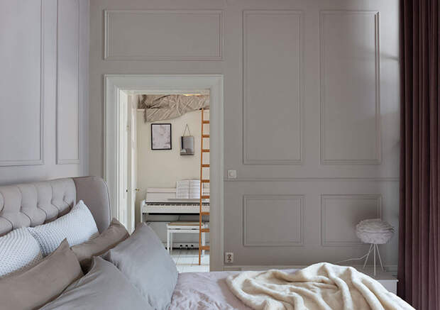 Молдинги, кирпичная стена и стеклянная перегородка: элегантный интерьер с модными решениями (64 кв. м)