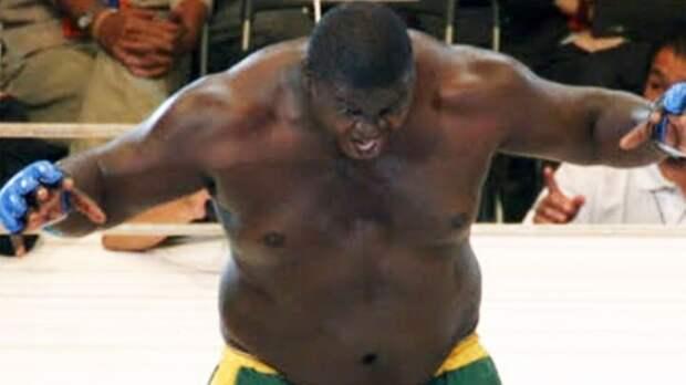 Гигант весом в 180 кг Зулу едва не нокаутировал соперника, но проиграл