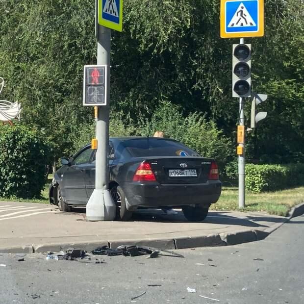 На пересечении Череповецкой и Абрамцевской Toyota врезалась в столб