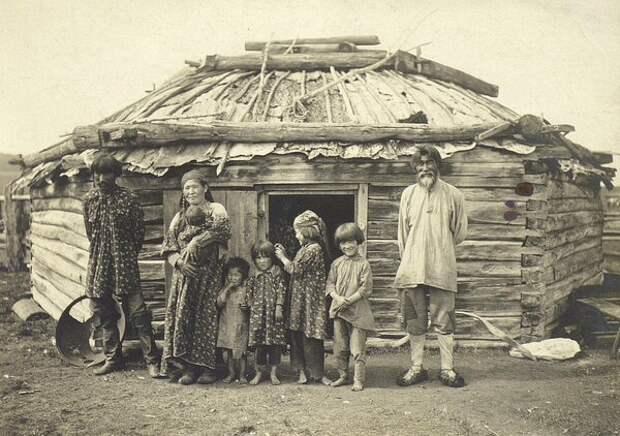 Небогатая семья у своей юрты. Неизвестный автор, 1910 год, Енисейская губ., Кунсткамера.