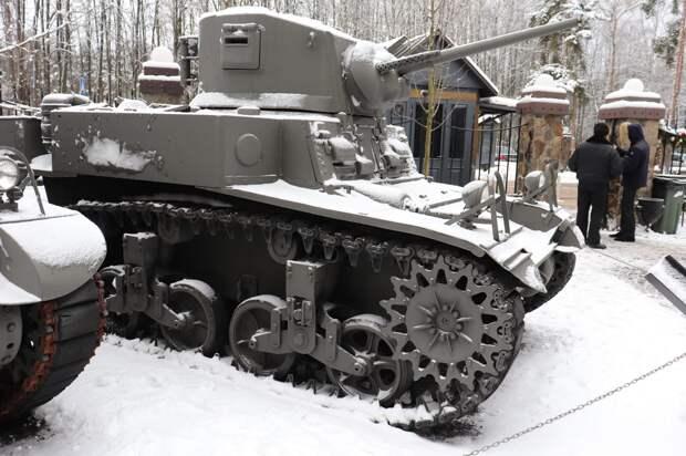 Чтобы вразумить струсивших моряков, советские танкисты из десанта открыли огонь по буксиру, бросившему их баржу