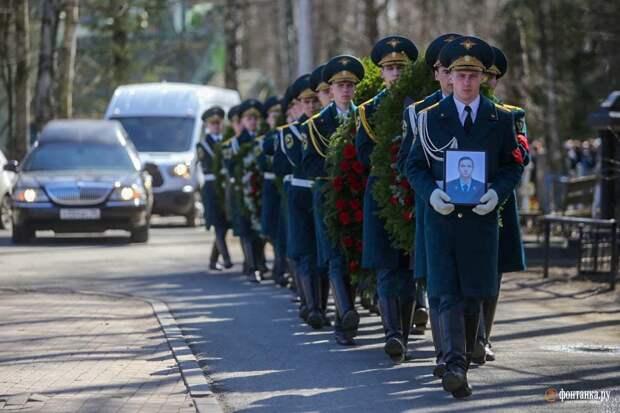 Глава МЧС Петербурга: «Простите меня». Погибшего пожарного похоронили на Серафимовском кладбище