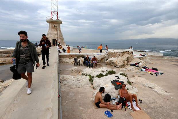 Бейрут, Ливан. Отдыхающие на пляже