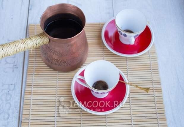 Влить в кружку кофе