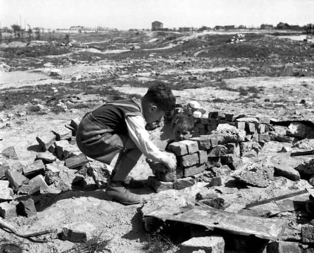 Австрия, Вена, 1948 год - Дети играют в руинах
