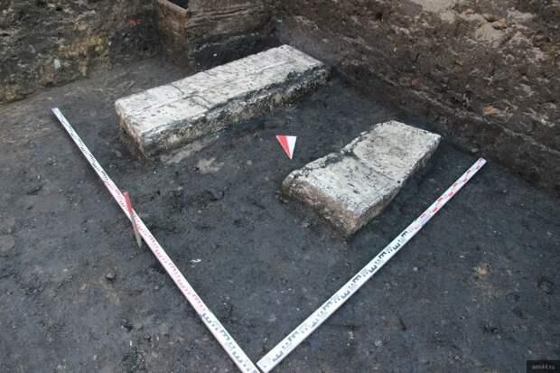 В центре Костромы археологи обнаружили надгробную плиту с изображением трёхконечного посоха с «яблоком»