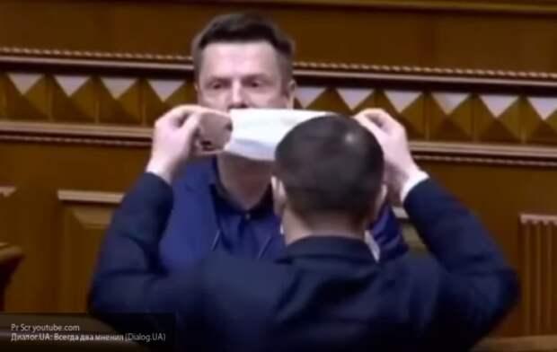 Соратнику Порошенко чуть не запихали в рот медицинскую маску в Верховной Раде