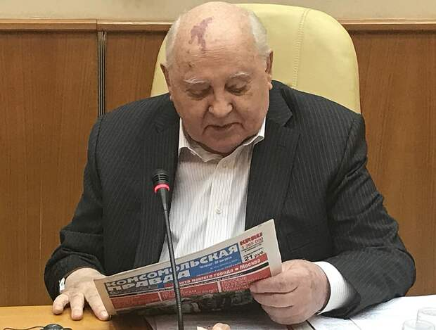 "Михаил Горбачев и свежая ""Комсомолка"". Фото: Владимир ВОРСОБИН"