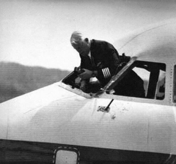 Как пилот лайнера совершил полет запределами кабины ивыжил