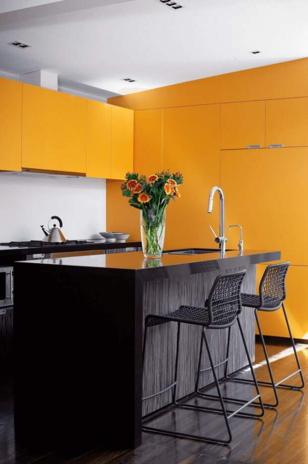 Венге можно использовать на кухне с яркими цветовыми акцентами в интерьере. Благодаря универсальной палитре этого дерева, отлично сочетается с любыми цветами
