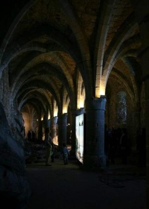 Подземелья швейцарского замка давно обросли мрачными легендами. /Фото: tripadvisor