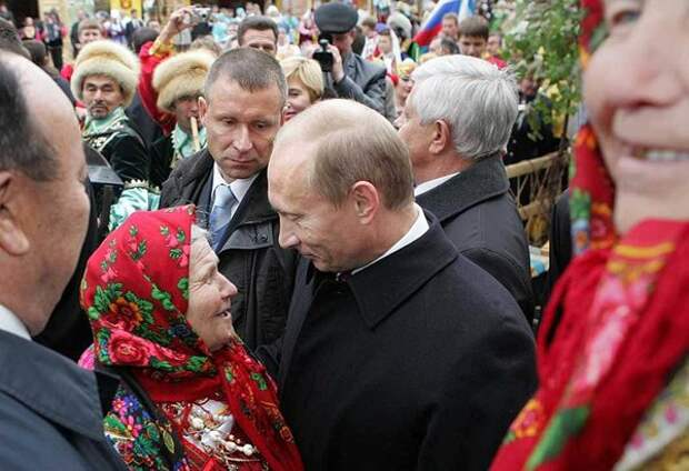 Рассыпаясь в любезностях, телеведущие ток-шоу весь день восхваляют выступление президента Путина