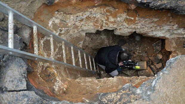 Видеооператор в подземной комнате, обнаруженной археологами у основания Китайгородской стены в Москве. Архивное фото