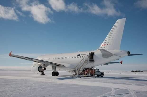 Авиалайнер Airbus A-319 после посадки на аэродром Уилкинс в Антарктиде