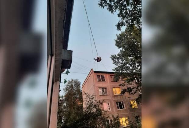В Санкт-Петербурге мужчина под наркотиками повис на проводах