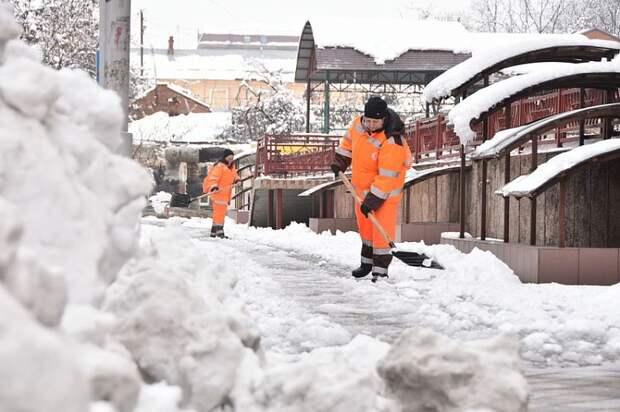Мэрия Краснодара: 585 человек расчищают пешеходные зоны в городе