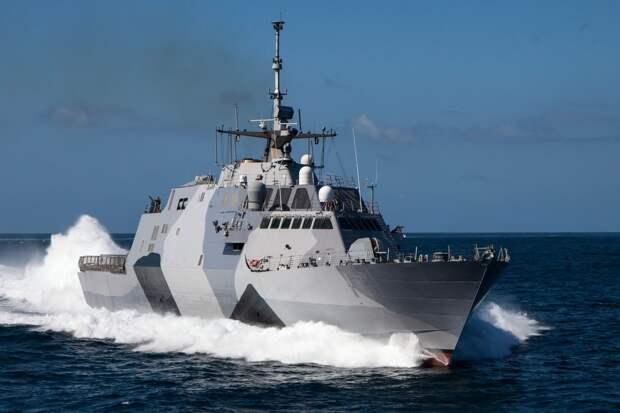 Новейшие боевые корабли США не сумели обогнать сухогруз