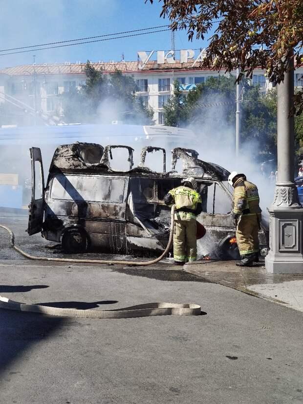 В Центре Севастополя сгорел микроавтобус