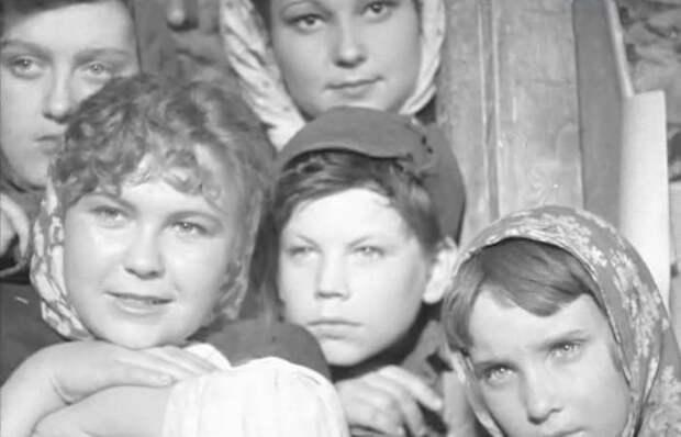 Зоя Толбузина (слева внизу) в фильме *Родные поля*, 1944 | Фото: kino-teatr.ru