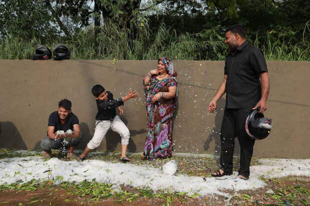 Нью-Дели, Индия. Мальчик бросает выпавший накануне град